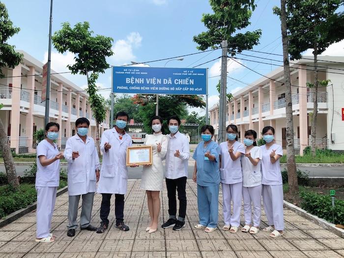 Đông Nhi 'vác bụng bầu' cùng Ông Cao Thắng đến thăm bệnh viện dã chiến Củ Chi: Cặp đôi 'điểm mười' chưa bao giờ khiến fan thất vọng! 4