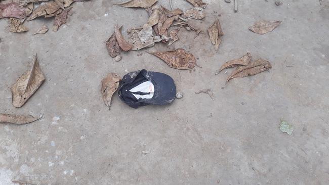 Chiếc mũ của một em học sinh trong vụ tai nạn trên.