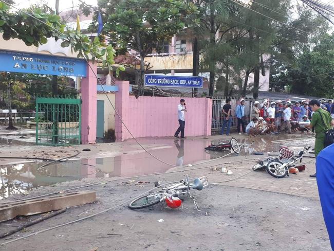 Cảnh thương tâm xảy ra chiều 13/10 trước cổng trường An Lục Long.