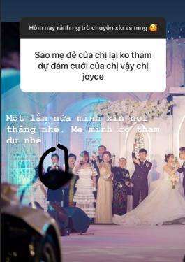 Mẹ ruột Minh Anh có xuất hiện trên sân khấu lễ thành hôn của con gái, nhưng không phô trương nên nhiều người không hay biết.