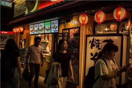 Phụ nữ Nhật Bản sợ cảnh phải chăm sóc chồng như những đứa trẻ to xác