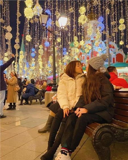 Yến Xuân tiếp tục đăng ảnh đi chơi quảng trường ở Nga cùng Thanh Giang