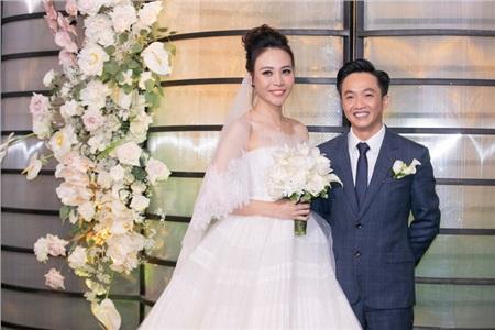 Dù có sự chênh lệch chiều cao nhưng điều này không hề làm hình ảnh của cô dâu chú rể bớt đẹp, bớt lãng mạn trong hôn lễ.