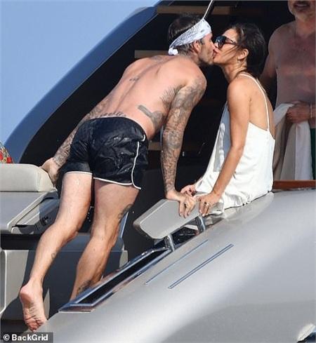 David Beckham công khai khóa môi bà xã Victoria cực tình cảm