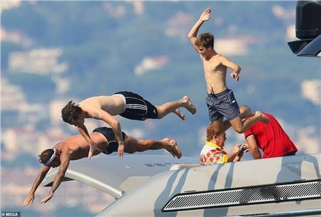 Bên cạnh đó, David Beckham cùng các con cũng vui chơi hết mình trên biển.
