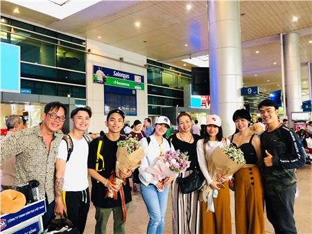 Hình ảnh vợ chồng Khánh Thi - Phan Hiển được đồng nghiệp và học trò chào đón tại sân bay khi mang vinh quang về nước.