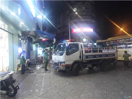 Lực lượng chức năng vừa xử lý xong hiện trường vụ tai nạn.