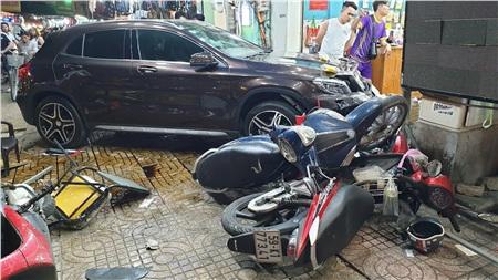 Xe máy nằm la liệt khi bị ô tô điên tông.