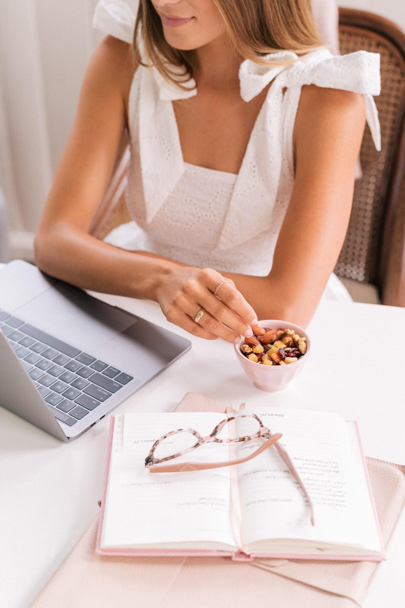 Chị em văn phòng chỉ ngồi ăn cũng giảm được cân: Cảm thấy khó tin tức là bạn chưa biết đến 9 món ăn vặt này rồi 1