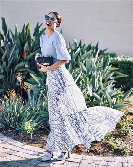 Váy dài thướt tha mix cùng áo blouse tay bồng mang gam màu neutral dịu mát toát lên vẻ vừa thướt tha dịu dàng mà vẫn vô cùng phóng khoáng.