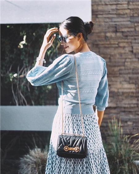 Phạm Hương còn chọn kiểu tóc búi thấp cùng với một số món phụ kiện nhỏ nhắn như vòng tay, túi xách nên hình ảnh của cô mang nét đơn giản tinh tế mà vẫn đầy đẳng cấp