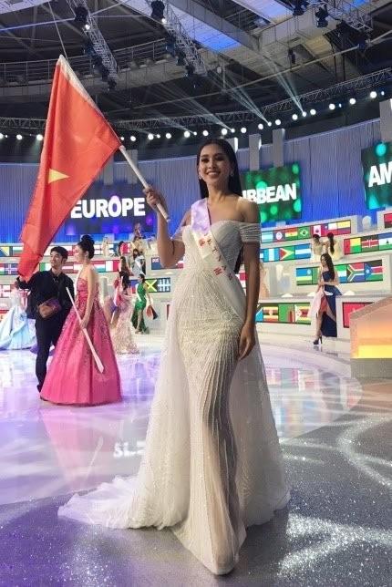 Vào chung kết Miss World 2018, Tiểu Vy khiến fan hâm mộ thổn thức khi diện chiếc váy của NTK Lê Thanh Hòa, cầm lá cờ đỏ sao vàng tung bay trên quê khách. Đây quả là một hình ảnh đáng nhớ trong dấu mốc 1 năm sau đăng quang của cô nàng.