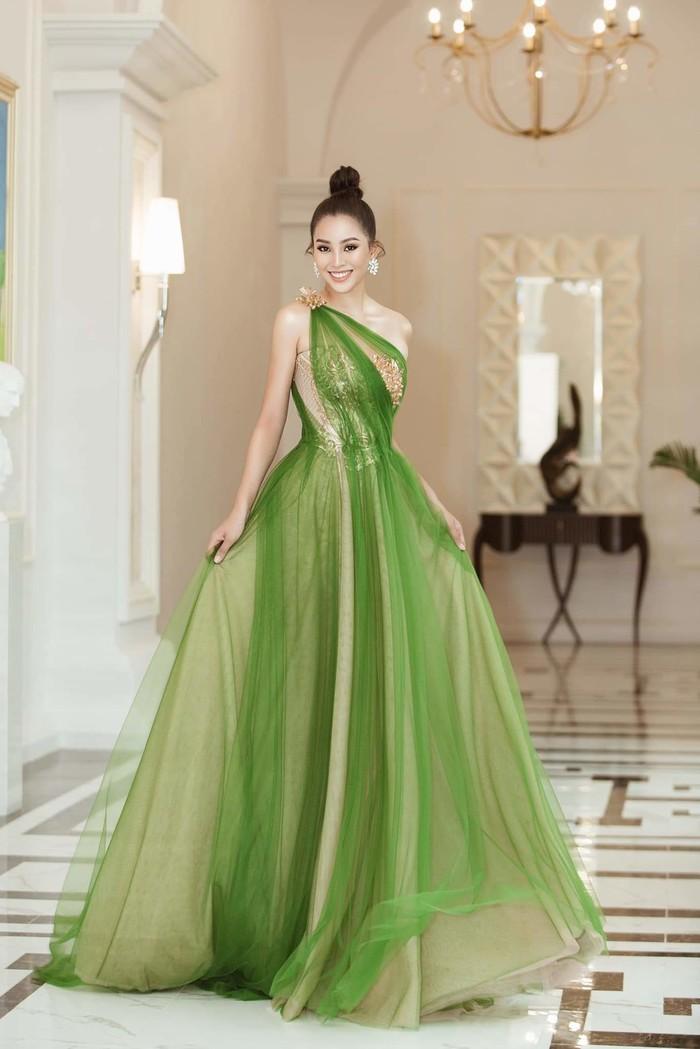 Thời gian đầu, Tiểu Vy hay chọn cho mình những chiếc váy voan, nhẹ nhàng, vừa đảm bảo sự an toàn nhưng cũng cực kỳ nổi bật.