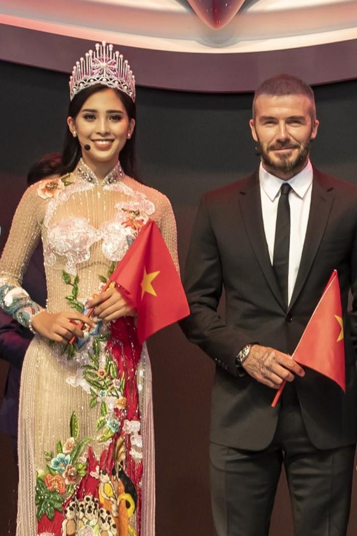 Và không thể không nhắc đến bộ áo dài Tiểu Vy mặc trong sự kiện quốc tế tại Pháp khi gặp gỡ Beckham. Đó là thiết kế kể lại sự tích 'trăm trứng nở trăm con'