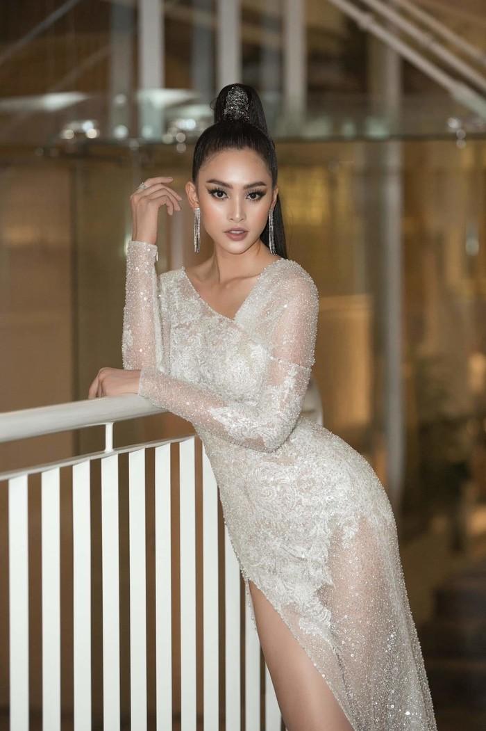 Nhiều lần, người đẹp thử nghiệm từng chút với váy áo xuyên thấu, nhưng vẫn chọn các thiết kế tay dài, không quá hở hang.