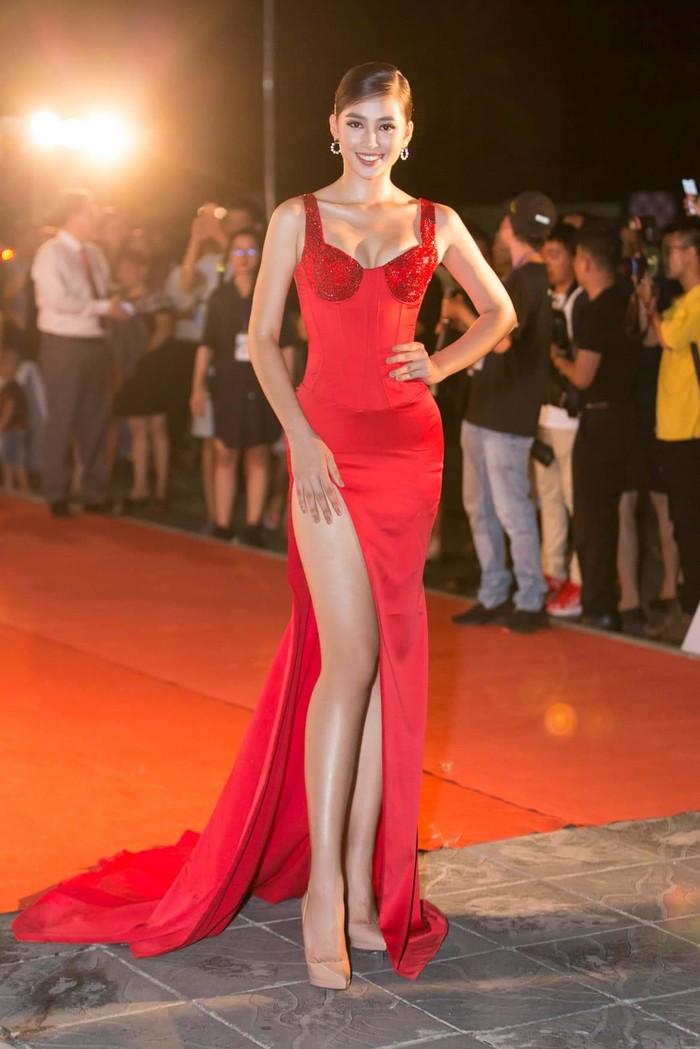 Chiếc đầm đỏ này là một trong những thiết kế 'dấu mốc', khẳng định bước chuyển mình sang hình tượng gợi cảm, quyến rũ của Tiểu Vy.