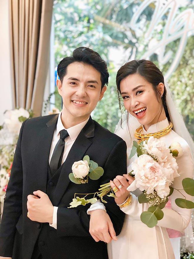 Bức hình Đông Nhi khoe vẻ rạng rỡ bên Ông Cao Thắng trong ngày trọng đại thu hút hơn 34 nghìn lượt chia sẻ, hơn 664 nghìn lượt yêu thích và hơn 17 nghìn lượt bình luận chỉ sau hơn 1 ngày đăng tải.