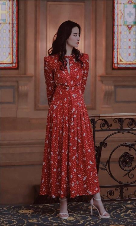 Cùng 1 mẫu váy: Lưu Diệc Phi đẹp như nữ nhân Hoàng gia, Công nương Kate sửa váy tinh tế để tránh sexy 3