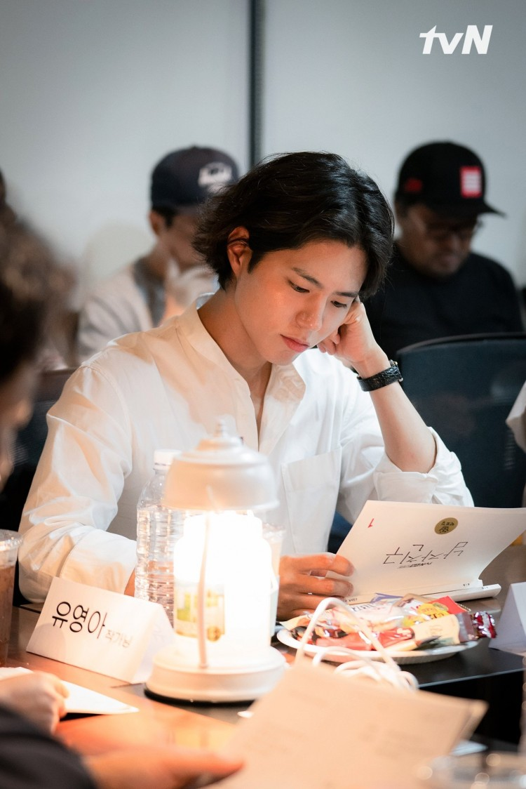 'Boyfriend': Hé lộ tạo hình mộc mạc của Park Bo Gum, trái ngược hoàn toàn với Song Hye Kyo 2