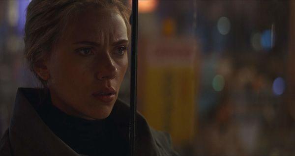 Dargis mỉa mai cho rằng chuỗi phim Avengers giống như câu chuyện về biệt đội Avengers và Scarlett Johansson với 'siêu năng lực' là bộ đồ bó sát.
