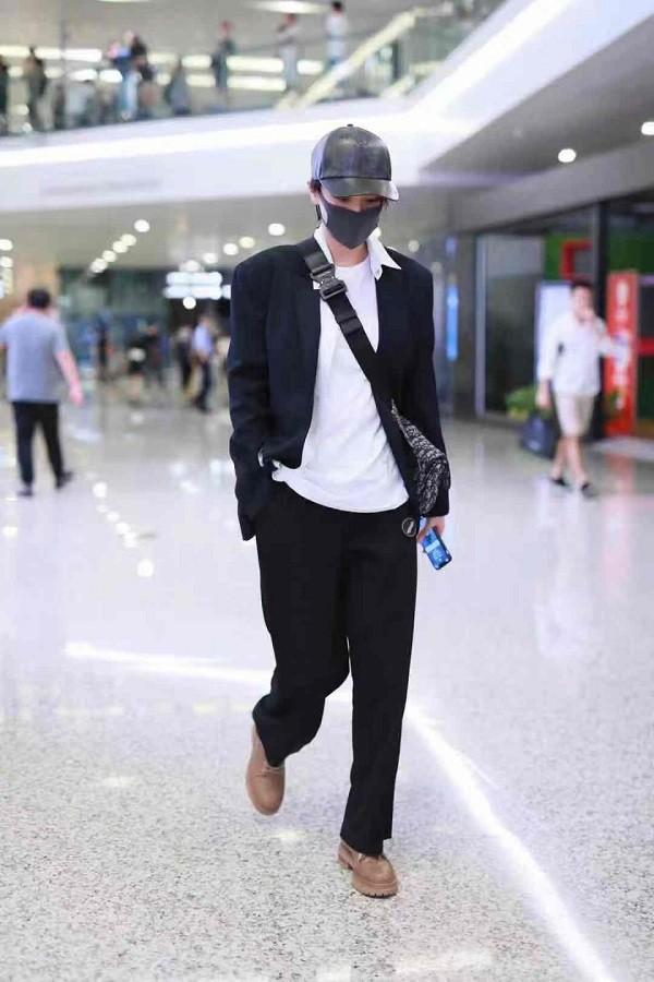 Tình địch một thời của Phạm Băng Băng lột xác hoàn toàn với style thời trang ở sân bay vô cùng nam tính và 'chất lừ'.
