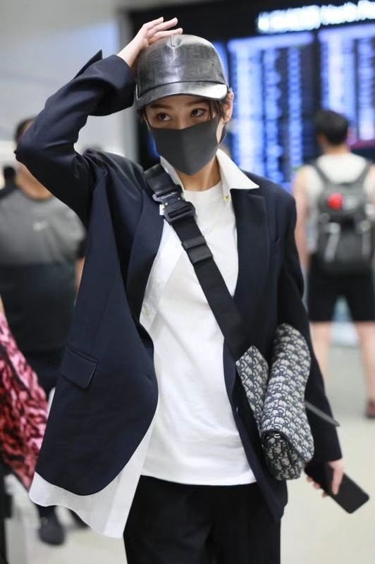 Từ ngày lấy chồng quân nhân, nàng diễn viên ít xuất hiện hẳn trong các sự kiện hay phim ảnh, đây là hình ảnh hiếm hoi của Trương Hinh Dư tại sân bay.