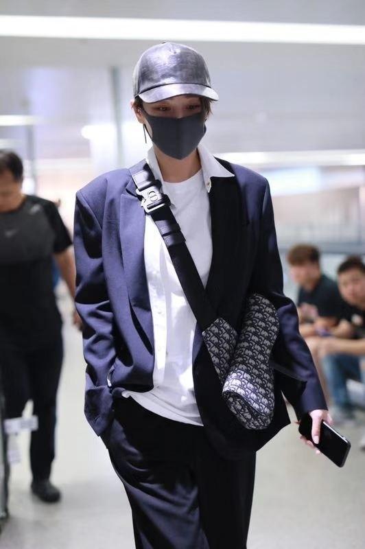Người đẹp Cbiz chọn áo thun trắng mix cùng quần tây ống rộng khoác ngoài áo blazer xanh đen cùng phụ kiện túi đeo chéo đến từ nhà mốt Dior.