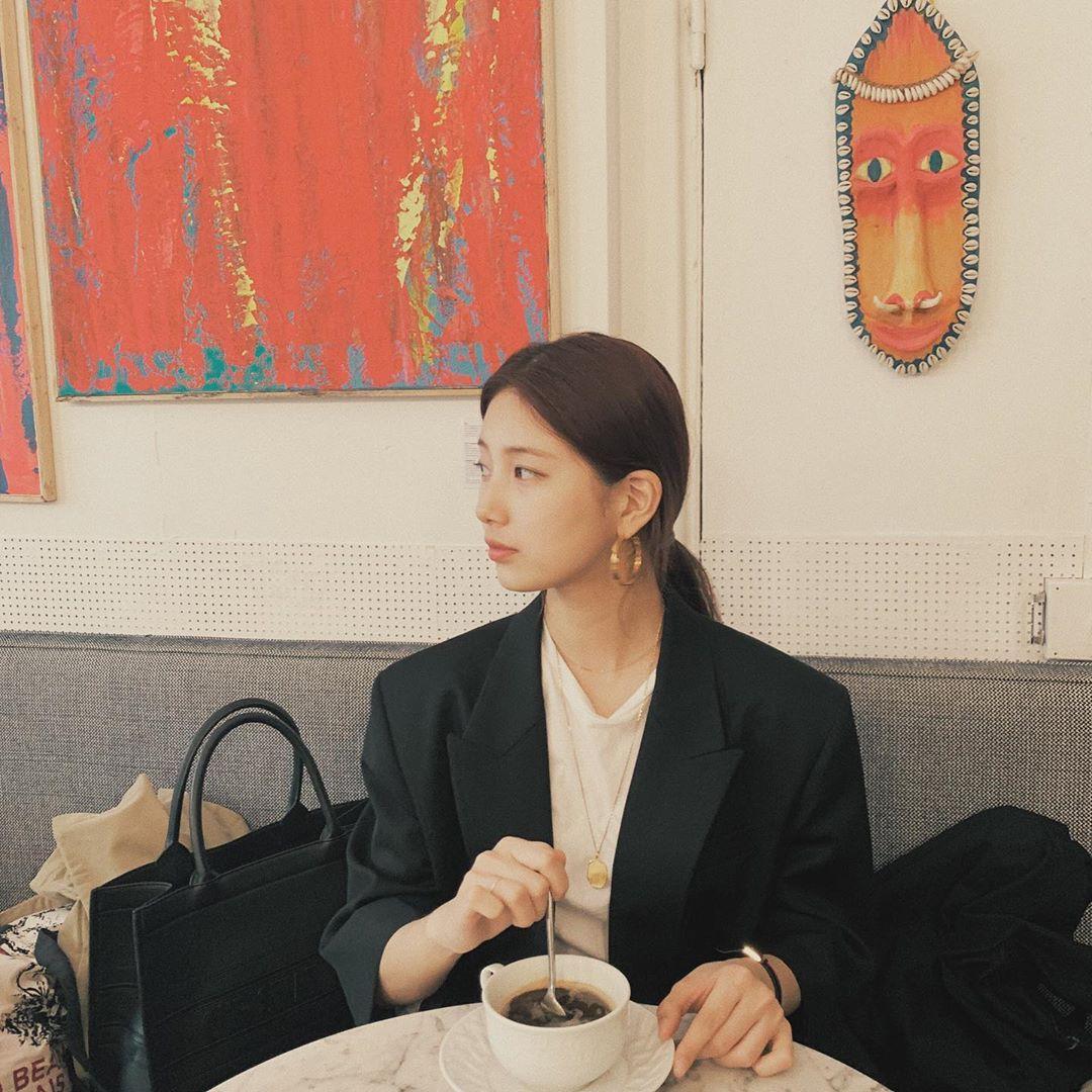 Cần gì giảm cân, Suzy vẫn xinh quá đỗi nhờ khéo lên đồ đơn giản mà nịnh mắt, để nhiều kiểu tóc cực sang 1