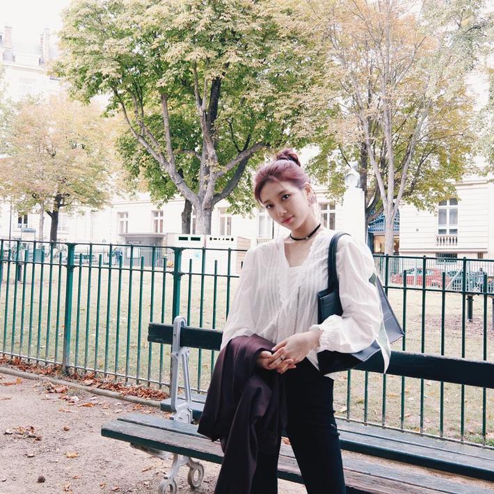 Chiếc áo blouse tay bồng điệu đà được Suzy sơ vin vạt trước với quần jeans tạo cảm giác trẻ trung, hiện đại. Mỹ nhân sinh năm 1994 vẫn trung thành với túi tote quai dây ngắn nhưng lần này cô còn bổ sung thêm món phụ kiện là vòng choker. Cùng một set đồ, Suzy búi tóc cao…