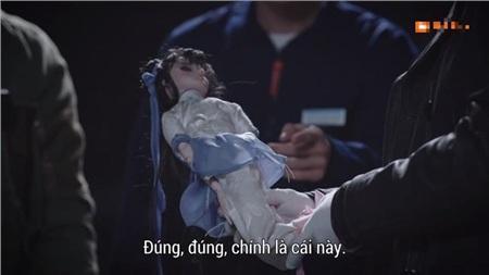 Theo lời của bạn cùng phòng của Lưu Chí Dũng, khi nhận được con búp bê này, sắc mặt nạn nhân xấu đi, lập tức vứt nó vào thùng rác
