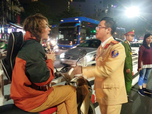Nam thanh niên bỏ đàn ra ngồi trên xe máy hát nghêu ngao.