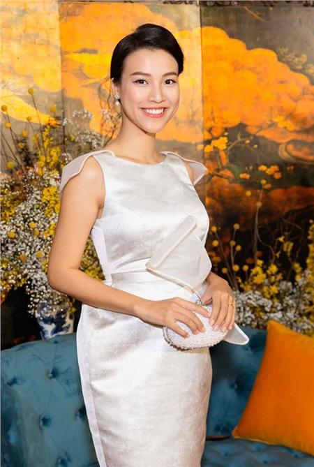 Năm đầu tiên làm dâu nhưng chồng là người ngoại quốc nên Hoàng Oanh vẫn được đón Tết âm cùng với bố mẹ. Những ngày sát Tết, người đẹp vẫn tranh thủ tham gia các sự kiện giải trí.