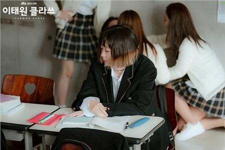 Hả hê trước những pha trả đũa cực gắt của 'điên nữ' Jo Yi Seo trong 'Tầng lớp Itaewon': Quyền thế như chủ tịch Jangga cũng phải muối mặt 1