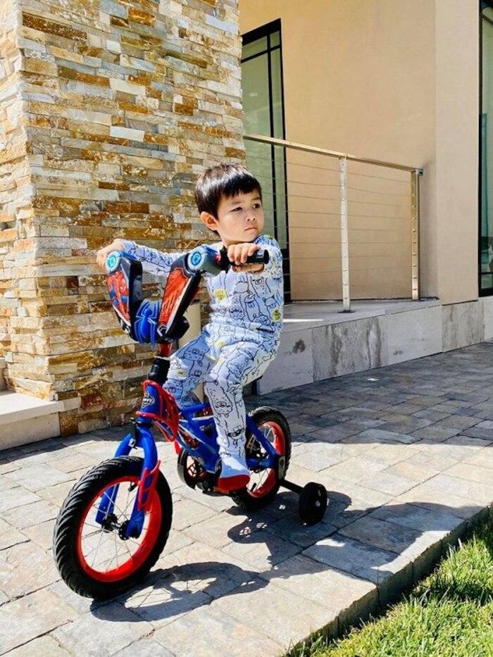 Cậu bé cũng có những sở thích vô cùng 'chanh xả' như siêu xe và chụp ảnh
