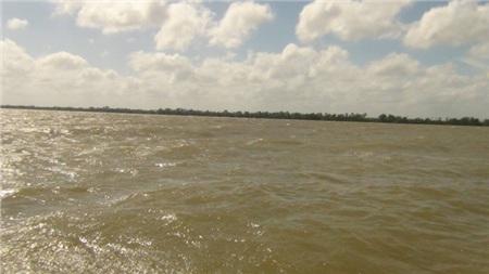 Sông Tiền nơi xảy ra vụ việc chìm sà lan ngày 4/1.