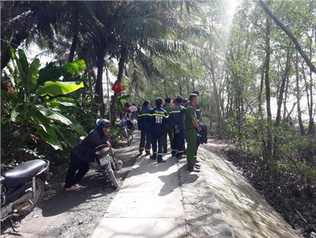 Chiếc sà lan chìm trên sông Tiền khiến 3 người mất tích.