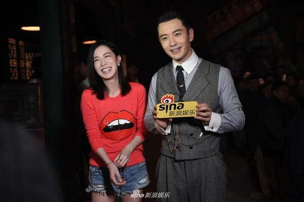 Trong lúc ghi hình buổi phỏng vấn, Xa Thi Mạn không ngần ngại quan tâm, chỉnh sửa lại trang phục của Huỳnh Hiểu Minh cho ngay ngắn, tươm tất.