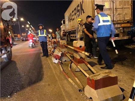 Đã tìm thấy thi thể nạn nhân trong vụ container tông một loạt xe máy từ cầu Thanh Trì rơi xuống sông Hồng 4