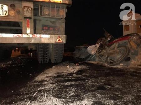 Đã tìm thấy thi thể nạn nhân trong vụ container tông một loạt xe máy từ cầu Thanh Trì rơi xuống sông Hồng 6