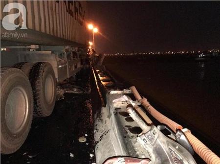 Xe máy của nạn nhân rơi xuống sông