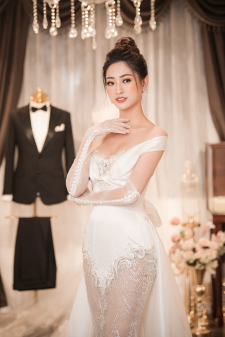 Thiết kế được tính toán cẩn thận về độ xuyên thấu khiến hoa hậu Thùy Linh trở nên nổi bật. Nếu không cẩn thận chỉn chu, những dáng váy thế này có thể dễ dàng khiến nhiều người đẹp rơi vào tình huống nhạy cảm.