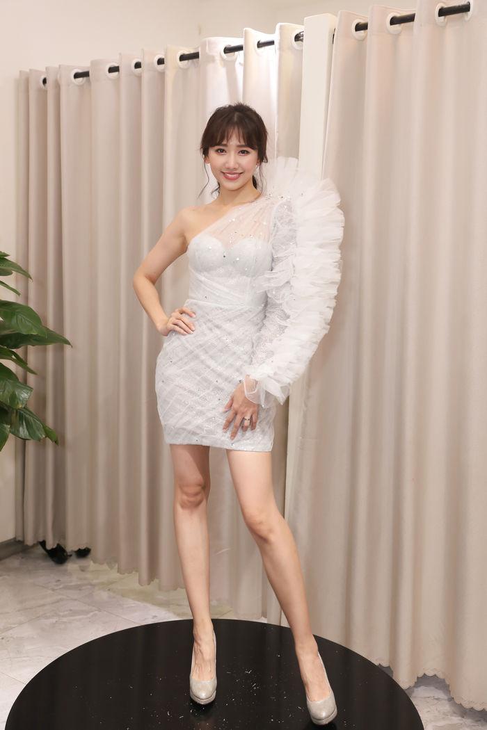 Hari Won nhận được lời khen vì sự biến tấu thông minh trong trang phục, cùng một chiếc váy trắng bất đối xứng, phần vai xếp bèo…