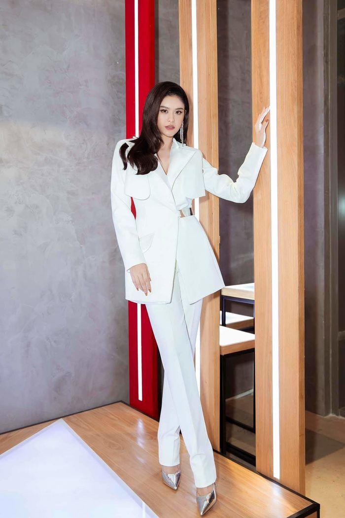 Phong cách menswear đã mang đến vẻ cá tính, mới mẻ cho Trương Quỳnh Anh.