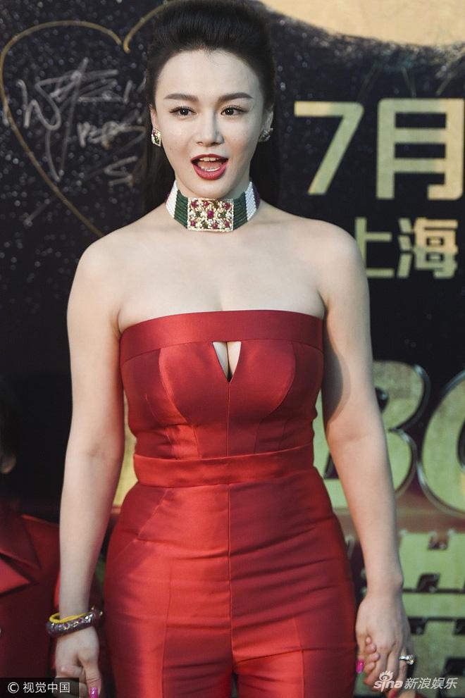 Nữ MC gây ấn tượng vì phong cách sexy, táo bạo.