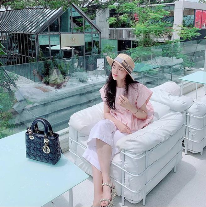 Vừa tiết lộ doanh thu 1 tháng gần 2 tỷ, bà bầu 9X Quỳnh Anh - vợ cầu thủ Duy Mạnh đã mạnh tay sắm cả núi đồ hiệu, ước tính giá trị không dưới trăm triệu 6