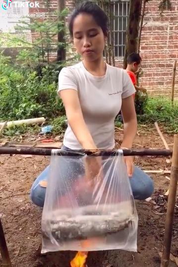 Cô gái nấu cá bằng... túi nilon cực điệu nghệ, dân mạng xem xong tròn mắt ngạc nhiên mà chẳng lý giải nổi tại sao 0