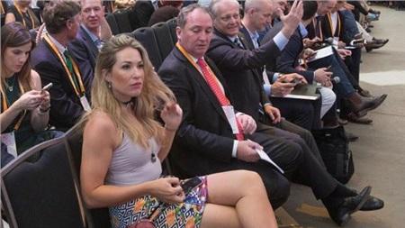 Ánh mắt 'khó hiểu' của Phó Thủ tướng Úc Barnaby Joyce dành cho cô nhân viên nóng bỏng