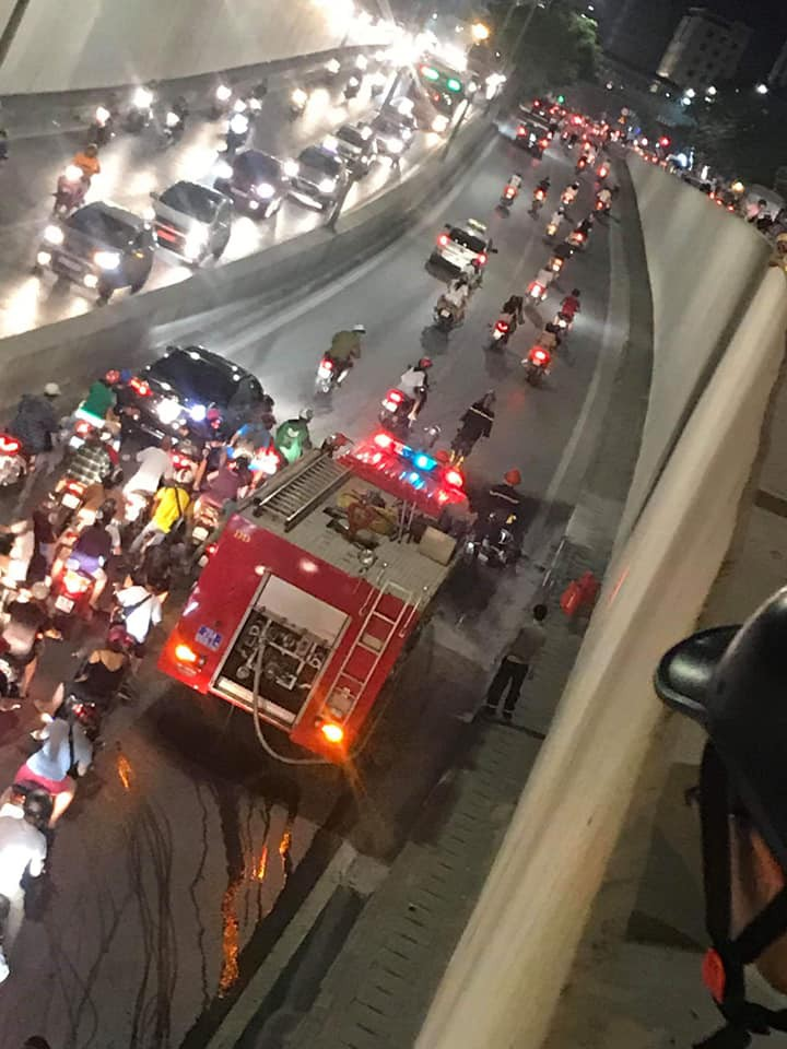 Lực lượng cứu hỏa đã nhanh chóng đến hiện trường, tuy nhiên, ngọn lửa gần như đã thiêu rụi chiếc xe. Nguồn: Facebook.