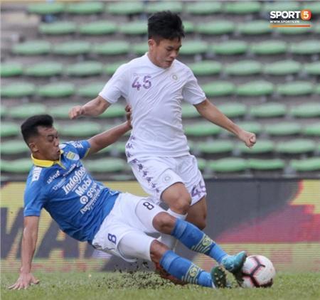 Hà Nội FC chạm trán Persib Bandung tại SVĐ Shah Alam vào lúc 17h00 giờ Malaysia, tức 16h00 (giờ Việt Nam). Sau hiệp 1, đội bóng thủ đô bị dẫn trước với tỷ số 2-0. Ảnh: Hiếu Lương.
