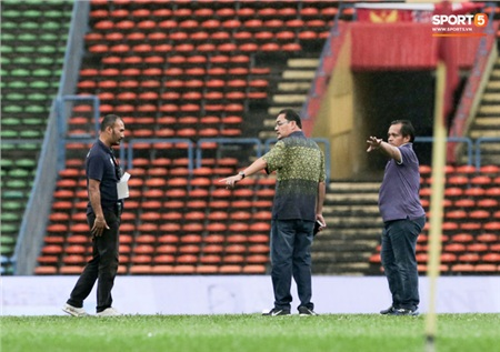 BTC sân xuống kiểm tra mặt cỏ SVĐ Shah Alam.